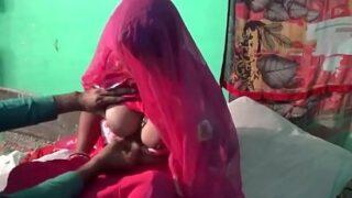 हनिमून पर बीवी की चुदाई का हिंदी में बीएफ फिल्म